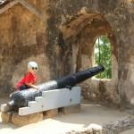 Timeo sur un canon au fort Jesus à Mombasa