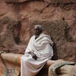 Un pélerin dans un temple à Lalibela