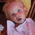 Timéo mange une glace bleue