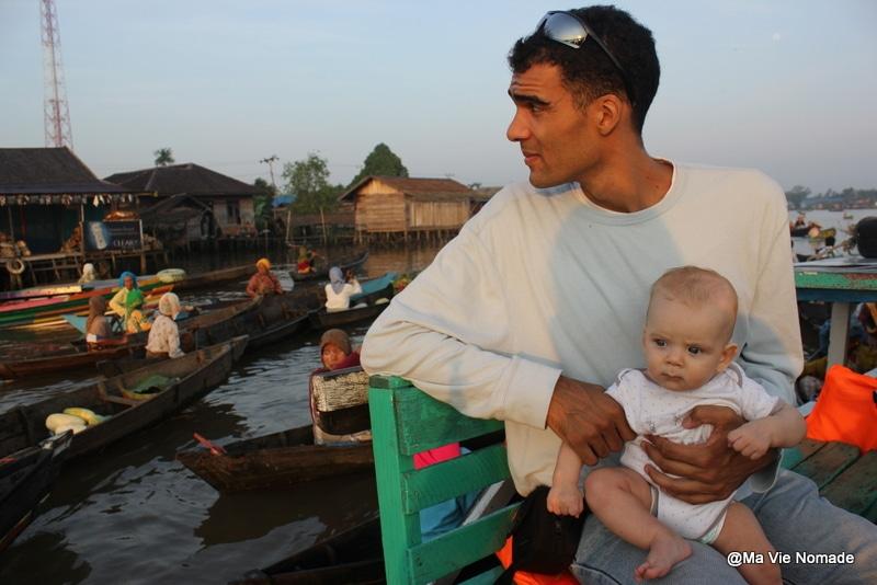 Alex et Timéo sur la marché flottant de Banjarmasin