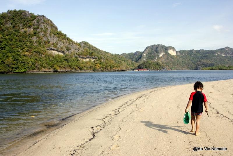 Nolan sur une plage à Langkawi