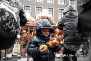 Timéo les bras chargés d'oranges