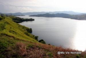 Le lac Santani du haut d'une colline
