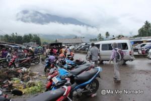 Rangée de scooters au marché de Jayapura