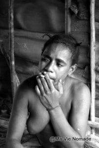femme-korowai-cigarette (1)