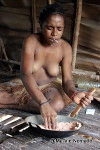 femme-korowai-cigarette (2)