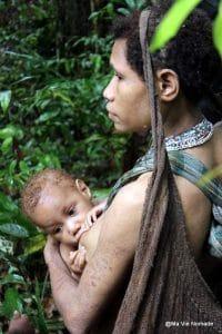 femme-korowai-et-bebe