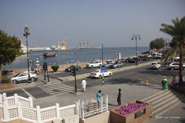 Le souk débouche sur le port de Mutrah.