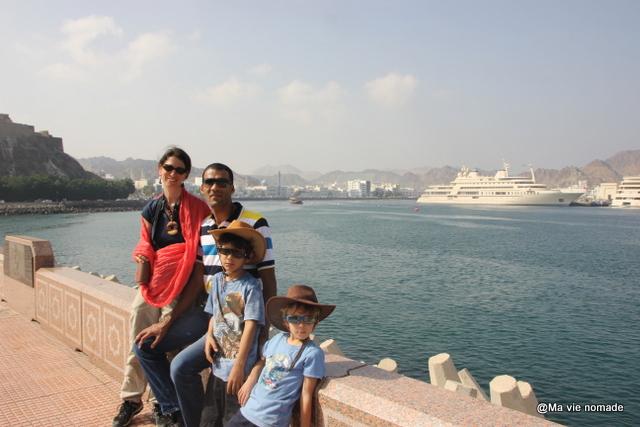 Photo de famille sur la corniche de Mutrah