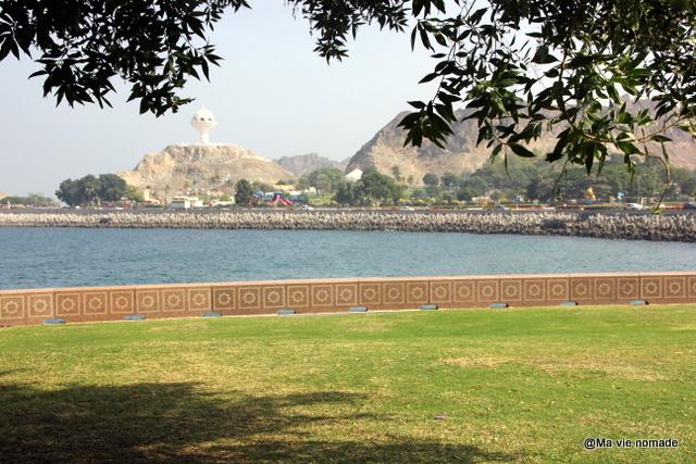 Au loin, le parc Riyam