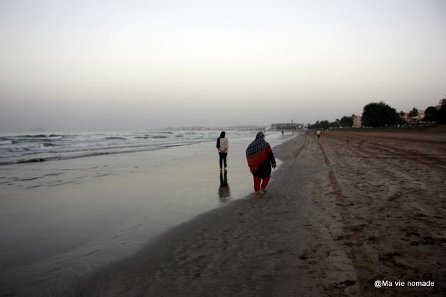 Plage de Qurum au coucher du soleil