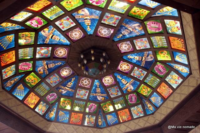 Vitrail sur le plafond du souk de Mutrah