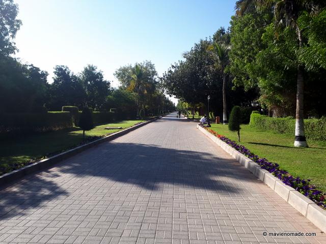 Une allée du parc du resort Al Nadha