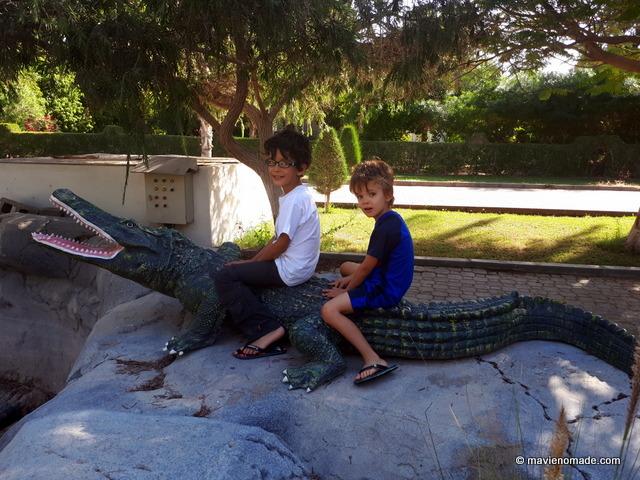 Les enfants à cheval sur un crocodile (fake)